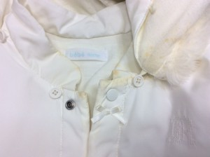 ベビー服に付いたミルクの黄バミ(ビフォー画像)